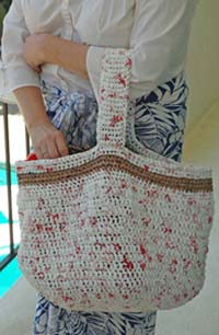 crochet a shopping bag from plastic bag yarn
